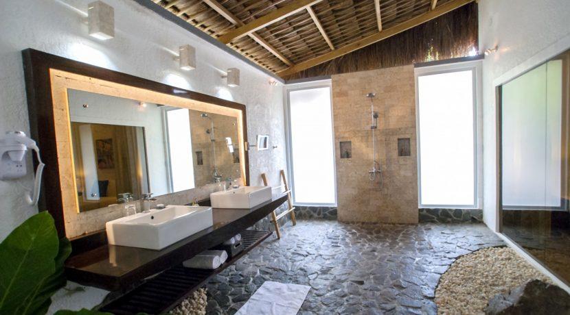 Garden apartment bathroom